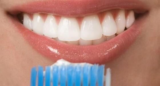 Iata cum poti face pasta de dinti care trateaza gingivita